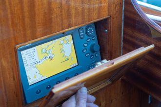 All ny elektronikk er skjult. Her kartplotteren, som ligger bak en liten mahogniluke.