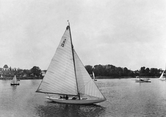 """Ambition"" fotografert i 1918. Som man ser var regattabåten opprinnelig uten kahytt."