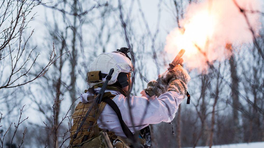 Soldat fra Brigade Nords 2. bataljon avfyrer en signalpistol.