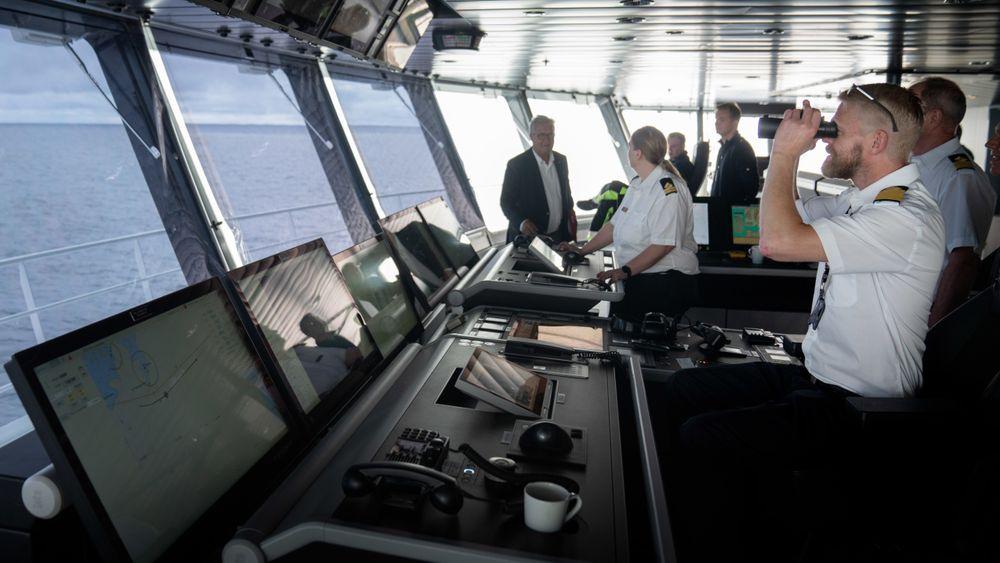 Kaptein Jan Magne Sollid på brua på Color hybrid.