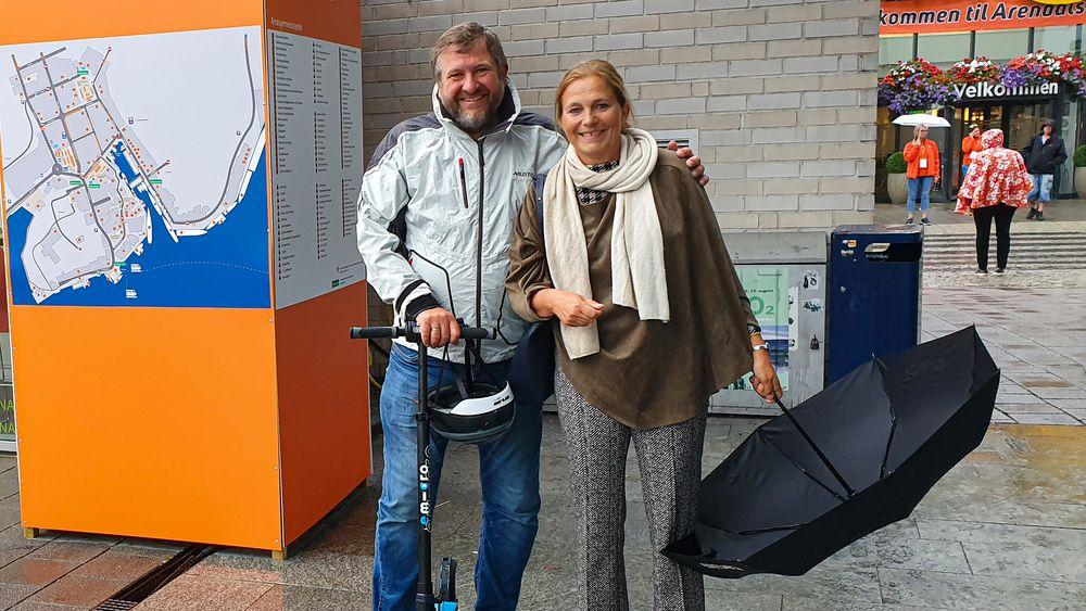 Mobilitet: Sintefs Alexandra Bech Gjørv valgte å bevege seg rund i Arendal på apostlenes hester, mens Ruters Bernt Reitan Jenssen måtte teste ut en elektrisk sparkesykkel med en ditto sammenleggbar hjelm.
