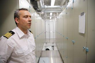 Maskinsjef Jarle Auby i ett av de to batterirommene om bord i Color Hybrid.  Siemens har levert batterier og elektro- og automasjonsstyringsystemer.