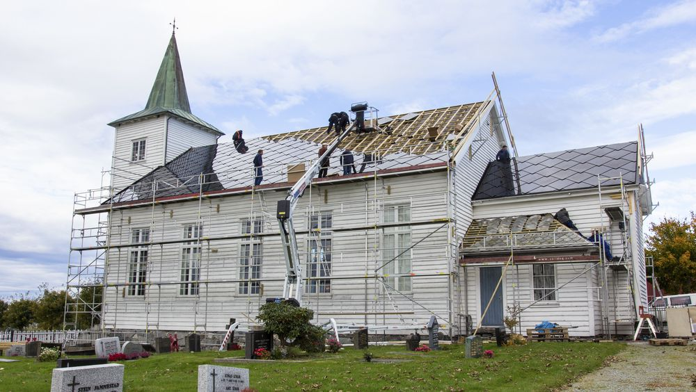 Som landets første kirke har Strand kirke, et laftet byggverk fra 1874, fått solcelletak.