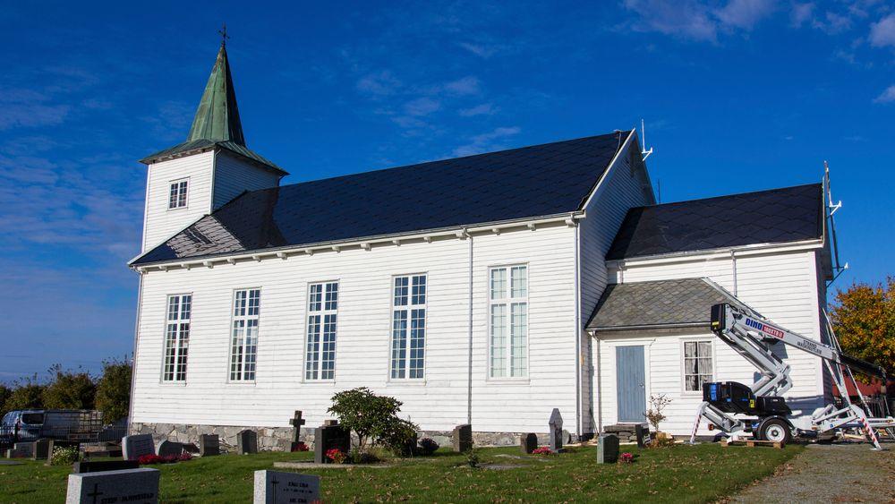 Med solcellepaneler som på avstand ser ut som skiferplater, har Strand kirke i Rogaland blitt velsignet med mer strøm enn den trenger.Foto: Kristoffer Nåden Havn, Nåden Media / NTB scanpix