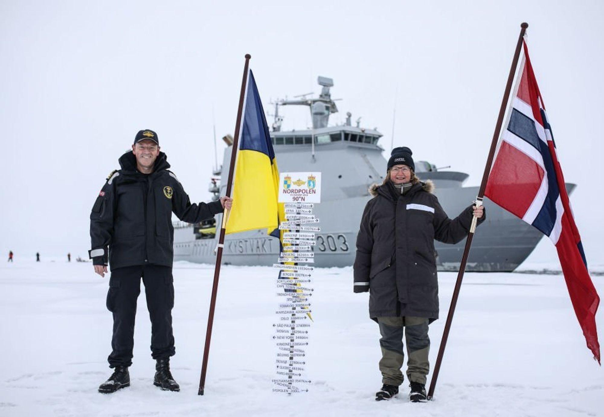 Kystvaktskipet Svalbard skrev onsdag polarhistorie ved å være det første norske fartøyet som har nådd Nordpolen. Skipssjef Geir-Magne Leinebø og Toktleder CAATEX Dr. Hanne Sagen har plantet kystvaktflagget og det norske flagget på Nordpolen, twitrer Kystvakten onsdag.