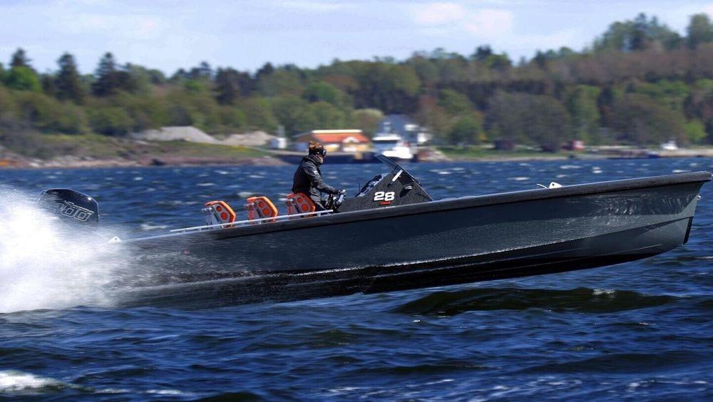 Det er bare Redningsselskapet som holder kurs i hurtigbåtkjøring. Her er Pål Virik Nilsen med 30 års erfaring om bord i en Goldfish med vanlig skrog.