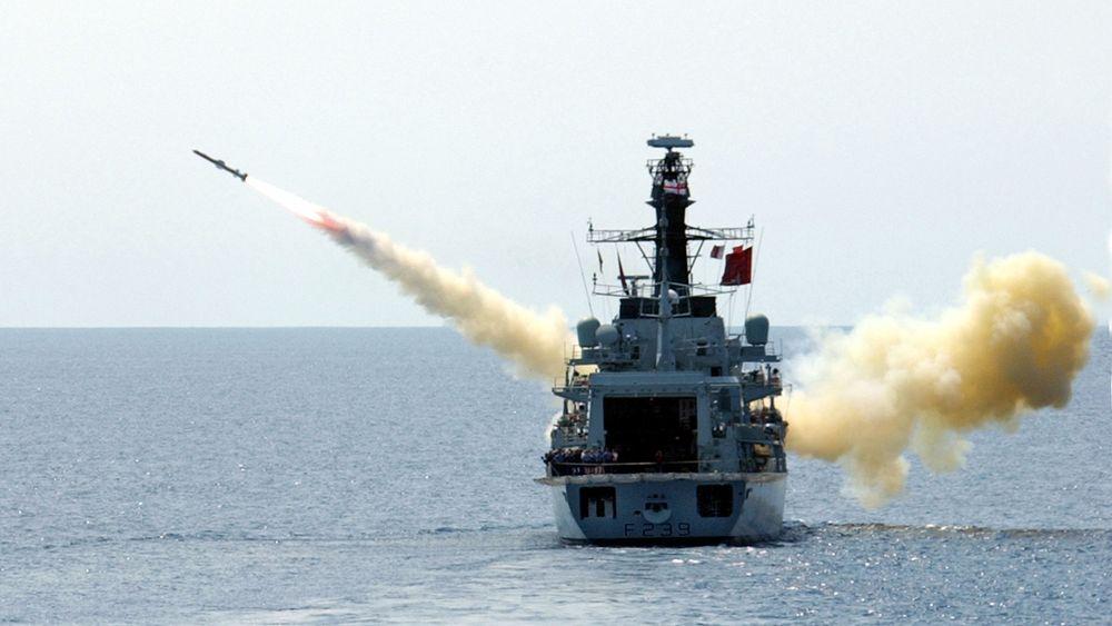Type 23-fregatten HMS «Richmond» avfyrer et Harpoon-missil.