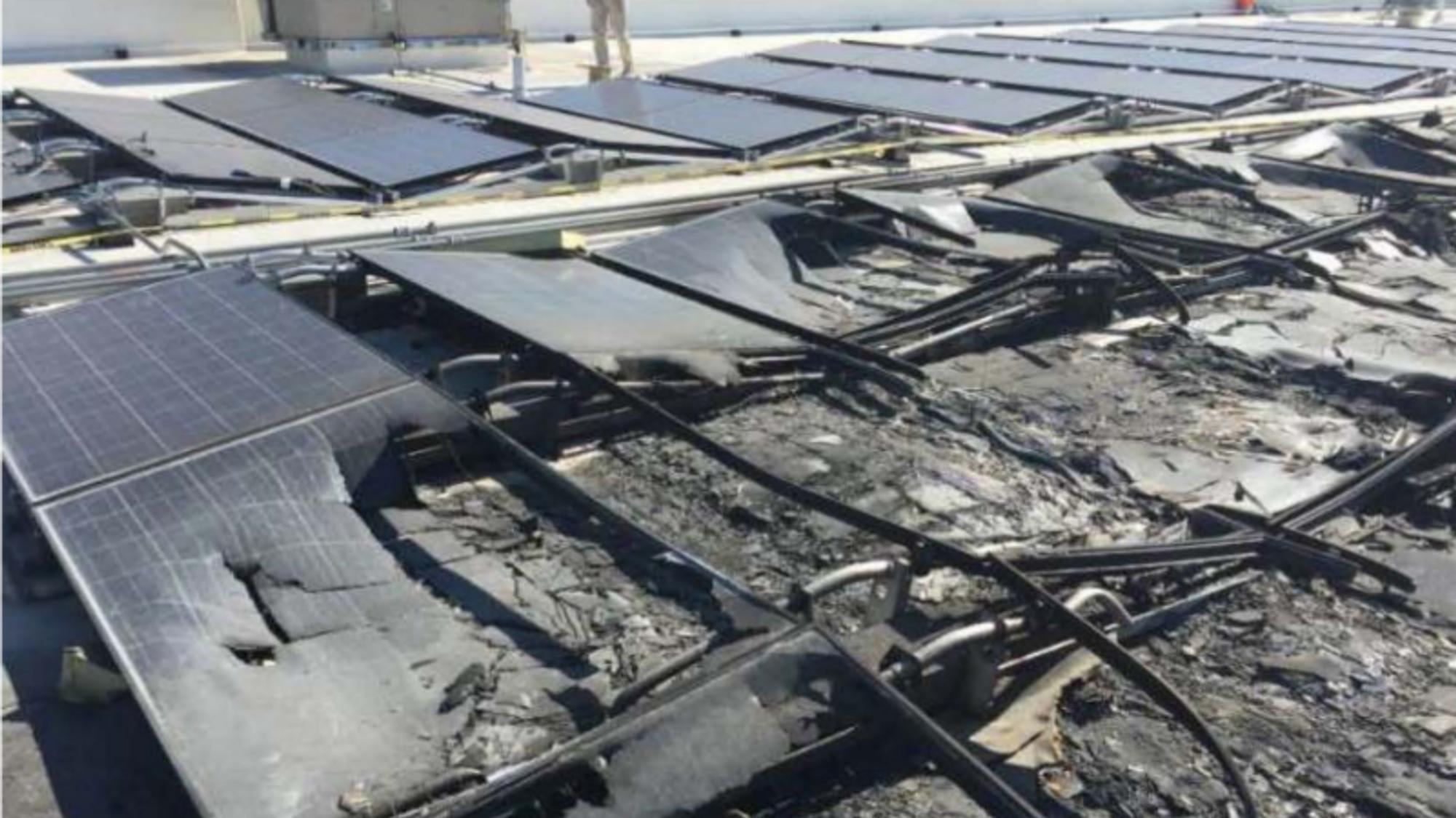 Et bilde hentet fra Walmarts søksmål viser forkullede solcellepaneler på taket av en Walmart-butikk.