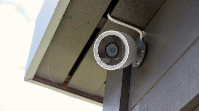 Nest Cam IQ er det mest avanserte utendørskameraet fra Google. Det har 4K-sensor, filmer i Full HD, og zoomer automatisk inn på personer. Kameraet lar være å varsle hvis den ser «kjentfolk».