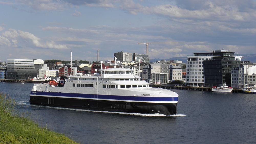 Torghatten Nord trafikkerer Bodø-Værøy-Røst-Moksnes med to LNG-ferger, MF Landegode (bildet) og søsterfergen MF Værøy. Fra 2023 kan de bli erstattet av hydrogenferger.