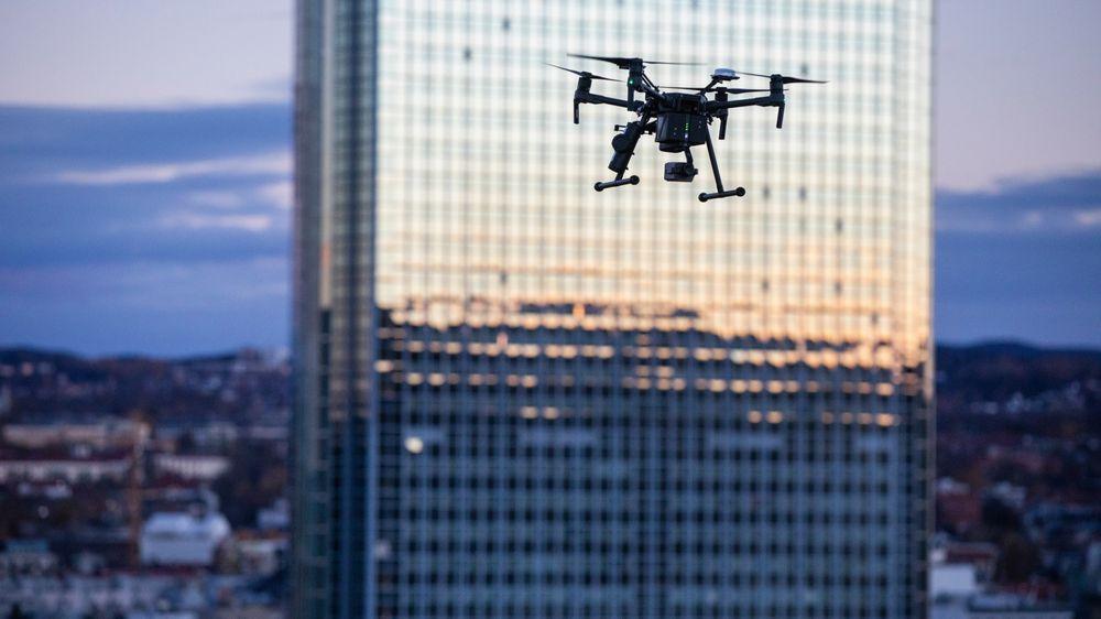I oktober i fjor ble droner brukt for første gang til leveranse, på Telenor Expo på Fornebu. UAS Norway, Avinor Flysikring og Airlift samarbeidet.