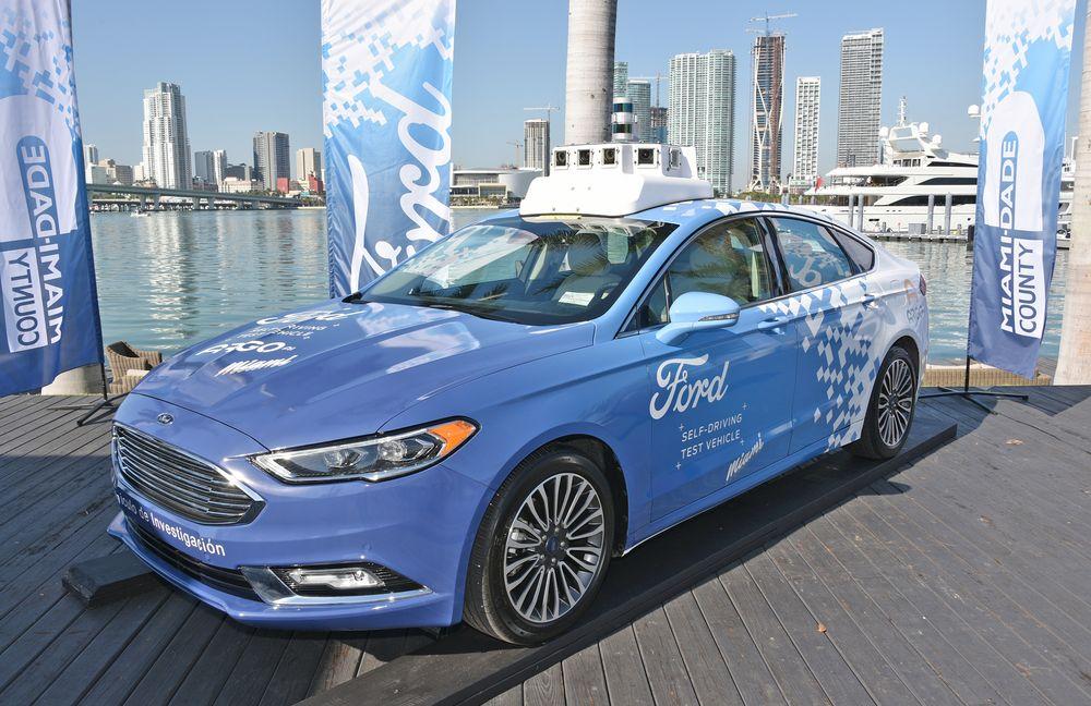 Ford tester ut autonome biler i flere amerikanske biler. Her slapper en amerikansk Ford Fusion av på kaien i Miami.