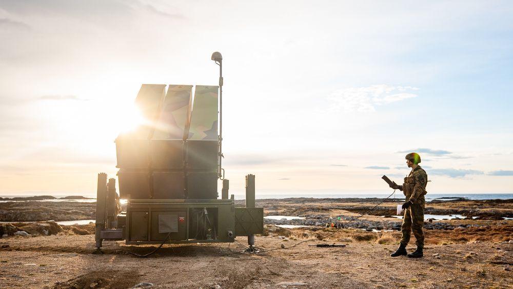 Soldater fra Luftvernartilleribataljonen (LvBn) fra Ørlandet og kampluftvernet til Arteleribataljonen klargjør launcheren til NASAMS III.