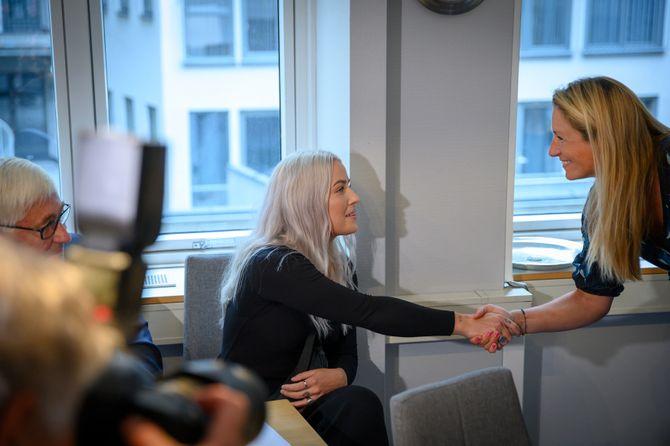 Knut-Asbjørn Solevåg og Sofie hilser på PFU-medlem Liv Ekeberg i møtet 28. august 2019.