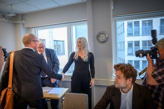 Sjefredaktør Gard Steiro i VG hilser på Sofie under PFU-møtet 28. august 2019.