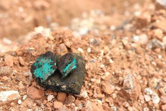 Malakitt, kobber og kobolt brukes i mobiltelefoner. Fairphone jobber for å forbedre vilkårene til gruvearbeiderne som utvinner materialene.