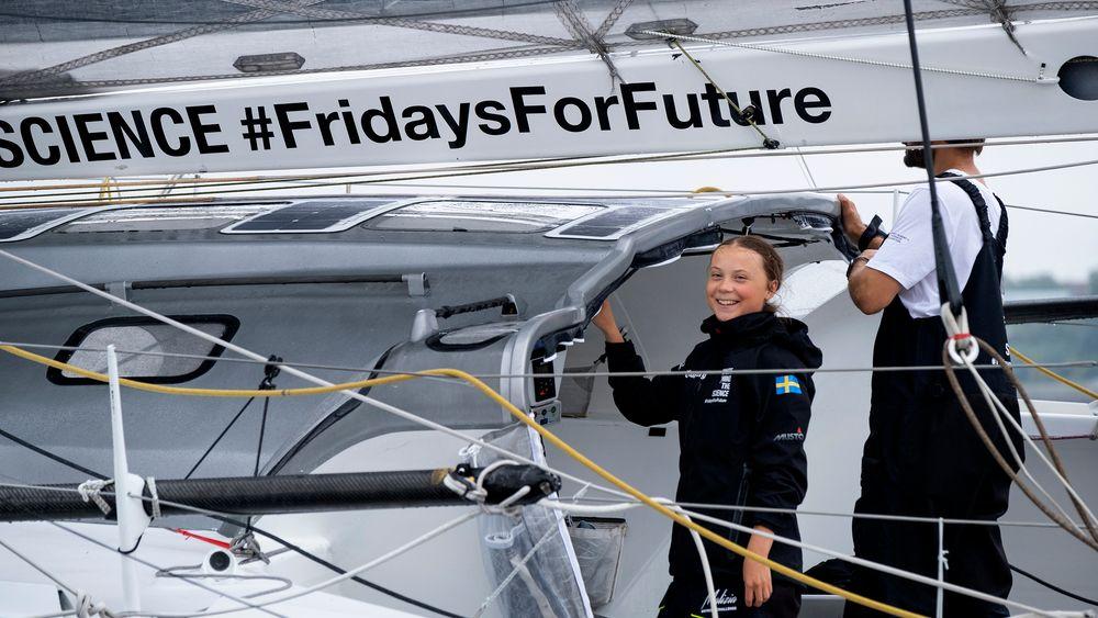 Greta Thunberg på seilbåten Malizia II på vei inn mot havna i New York.