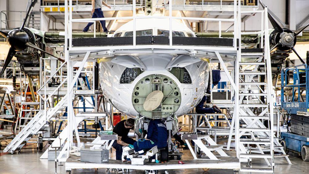 C-sjekk på en de Havilland Dash-8 i verkstedhangaren til Widerøe Technical Services AS i Bodø. Dette er fly som etter planen skal få elektriske erstattere om ti års tid.