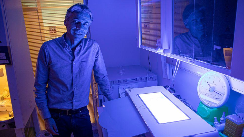Laget egen lyskasse: Adm. direktør i PCI Biotech, Per Walday, ved lyskassen de har laget for å se hvordan helt uniformt lys påvirker cellene. De kan variere fargen på lyset ved å skifte lysstoffrør.