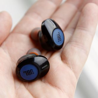 JBL Tune 120TWS i en hånd.