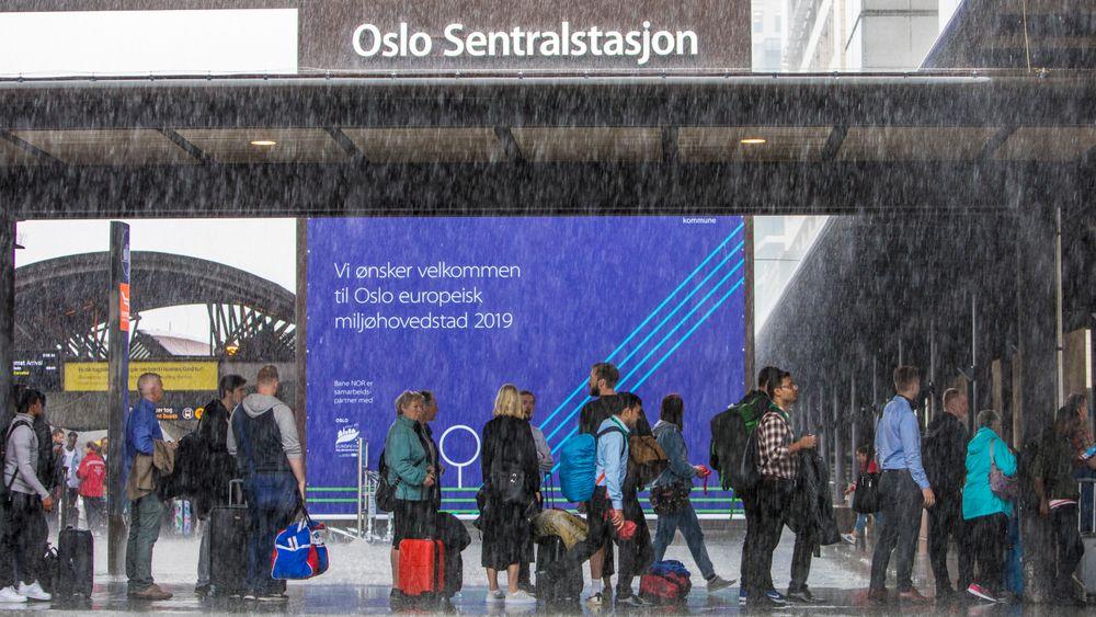 Passasjerer venter på taxi på Oslo S. Kraftig lyn og torden skapte togkaos på Østlandet.