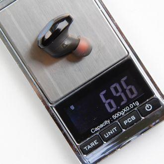JBL-ørepropp på en vekt som viser 6,96 gram.