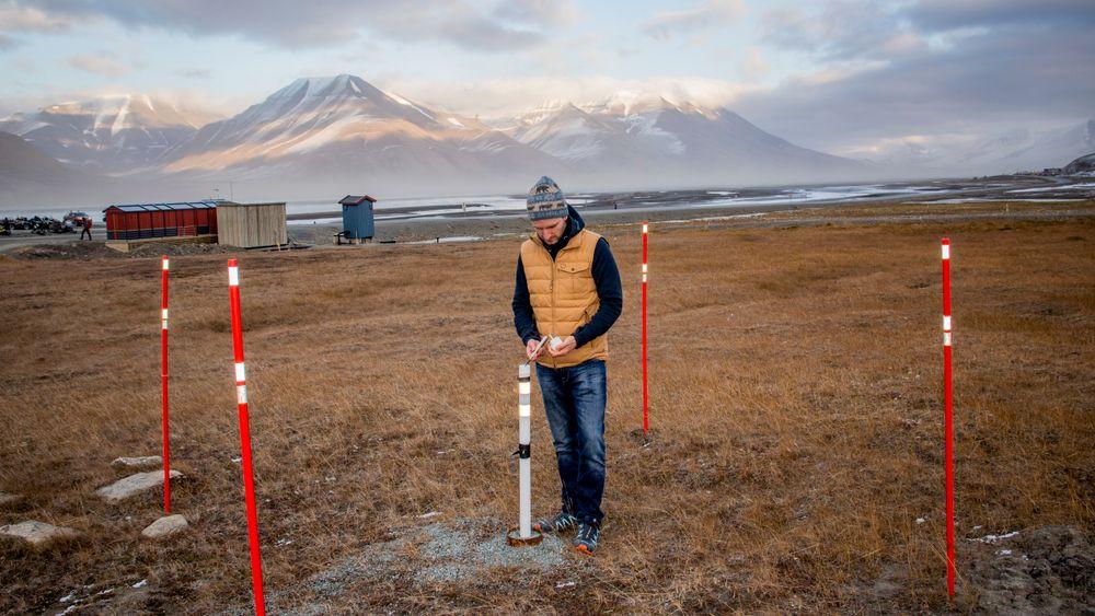 Forsker Graham Gilbert måler temperaturen i permafrosten i Longyearbyen på Svalbard. Temperaturmålere er utplassert i borehull i bakken en rekke steder på Svalbard og i andre arktiske områder.