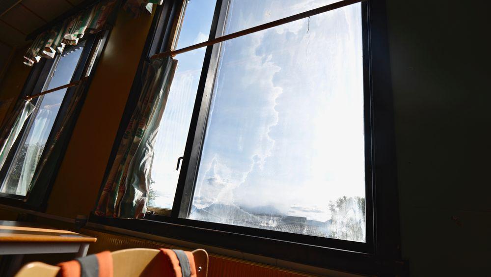 Mange av vinduene på skolen i Steigen er punkterte.