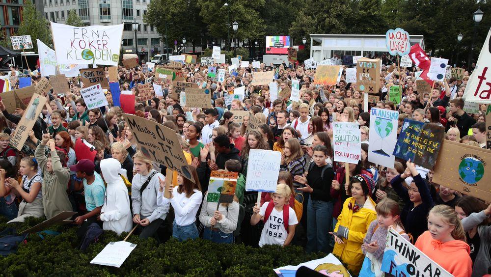 Skoleelever klimastreiket foran Stortinget i Oslo fredag. Lignende demonstrasjoner fant sted over hele landet.