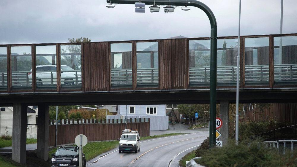 De nye bomstasjonene på Nord-Jæren åpnet 1. oktober i fjor. Nå må elbilene betale, mens det blir billigere for biler med fossilt drivstoff.