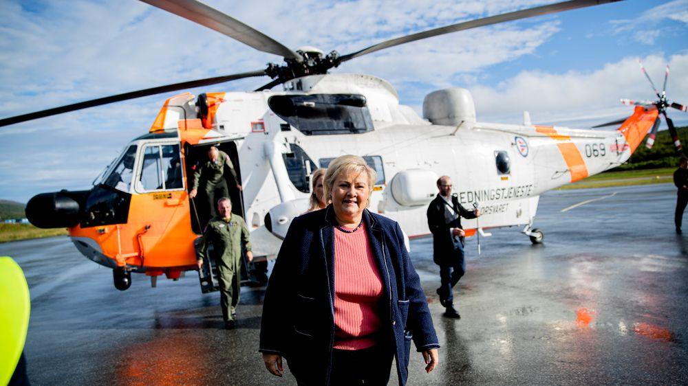 – Vi er litt for tynt bemannet i Nord-Norge på beredskapsressurser, sier statsminister Erna Solberg. Her foran et Sea King redningshelikopter på besøk i Tromsø.