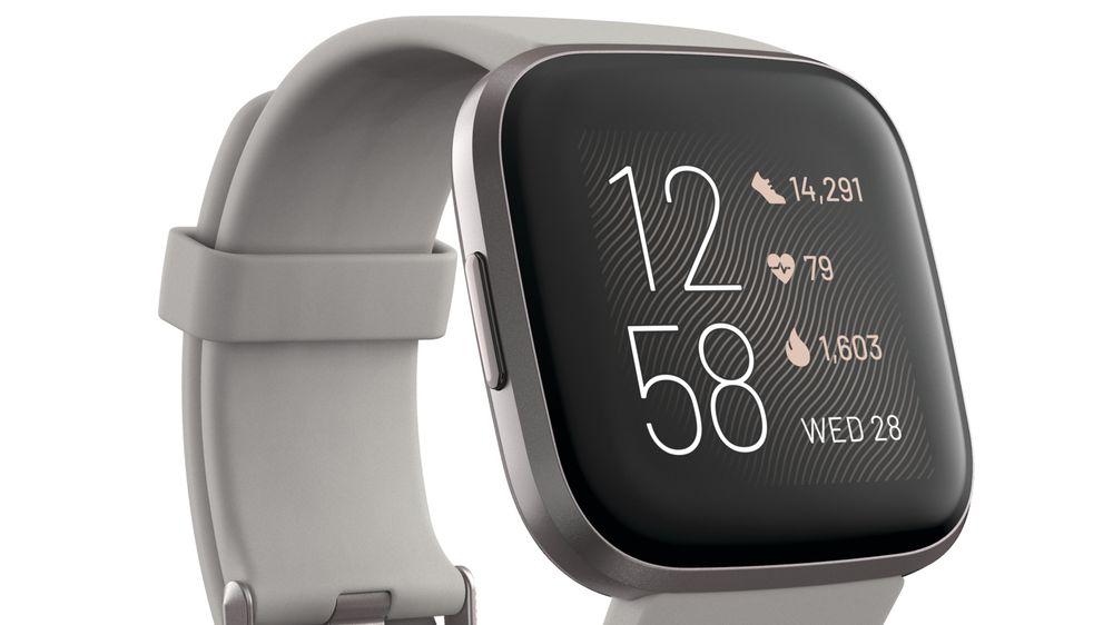 Oppgradert: Fitbit Versa 2 får samme pris som eneren, men har fått ny OLED-skjerm, mikrofon og et penere og mer avrundet design.