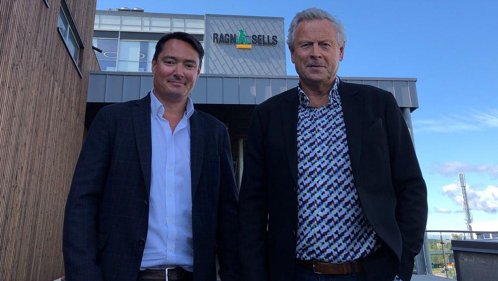 Vidar Svenning Olsen (til venstre) tar over som administrerende direktør i Ragn-Sells etter Bjørn Hoel.