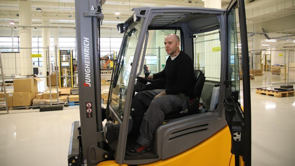 Operatør Hallgrim Asperheim er en av to driftsoperatører. Paller med battericeller fra LG Chem kjører med truck til første celle. Deretter går alt automatisk.Første robotcelle forsynes med pall
