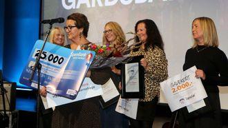 Kathrine Haugland flankert av de andre finalistene til Årets barnehage.