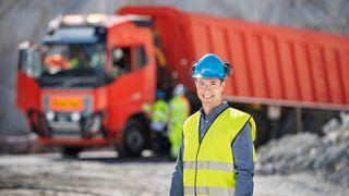 Her kjører førerløse lastebiler 5 kilometer i det norske steinbruddet og tømmer lasten i knuseren