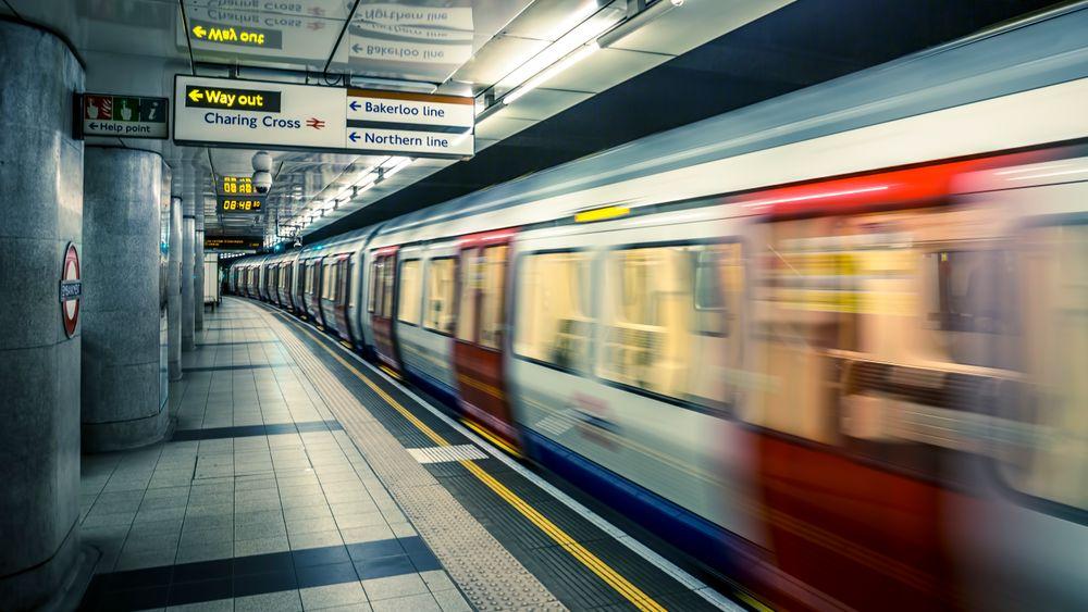 Det kan være en varm fornøyelse å ta undergrunnsbanen i London, og nå vil bydelen Islington utnytte overskuddsvarmen fra tunnelene til å varme opp boliger ved hjelp av varmepumper.Arkivbilde.