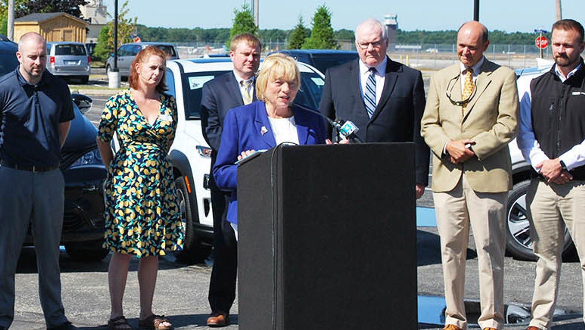 Maine-guvernør Janet T. Mills erklærer økonomisk støtte til miljøbilkjøperne.