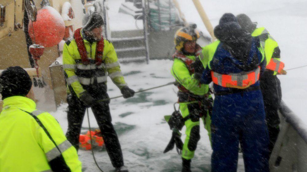 16 personer ble evakuert med helikopter, etter at et svensk fartøy på oppdagelsestur ved Svalbard tirsdag ble sittende fast i isen sørvest i Hinlopenstredet på Svalbard.