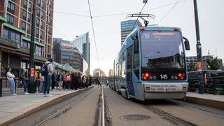 Kollektivtrafikk i Oslo. Trikk på Jernbanetorget. Rushtid.