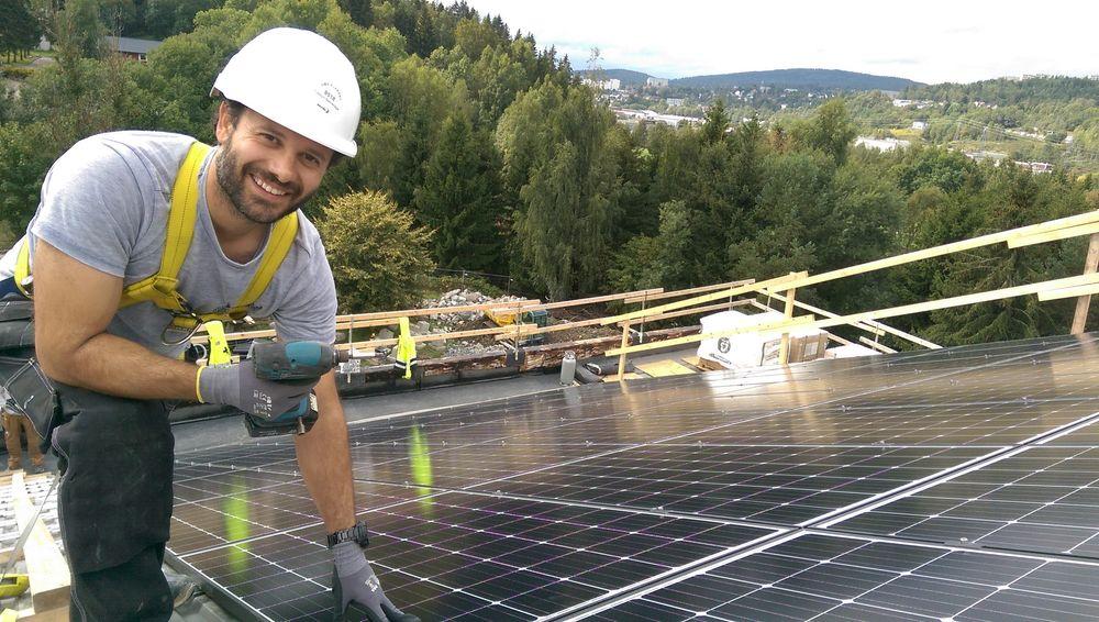 Solceller – og ikke minst framskritt innen solcelleteknologi – har vært blant de aller mest leste artiklene blant abonnentene på TU Ekstra i løpet av 2019. Bildet er tatt under montering av solceller på taket av en barnehage i Oslo kommune.