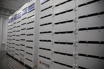 Batteriene fra Westcon/Corvus er plassert der drivstofftanken (LNG) tidligere sto. 26 tonn batterier er fordelt slik at fergen blir stabil uten ekstra ballast.