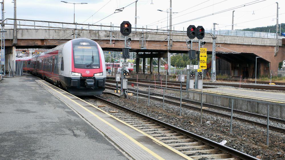 I over et år har Bane Nor planlagt å bygge ny bru over stasjonen i Drammen.
