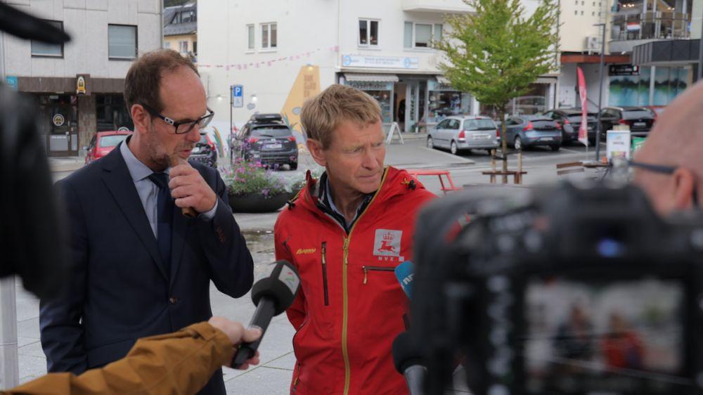 Rauma-ordfører Lars Olav Hustad (H) og geolog Lars Harald Blikra i NVE møtte pressen i Åndalsnes torsdag ettermiddag.