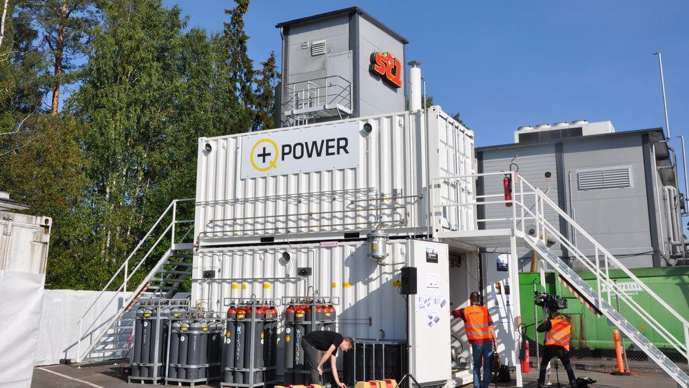 Ved dette bioraffineriet utenfor Helsinki lager de etanol fra bakervarer, som brukes som drivstoff. Nå vil de også lage metan, blant annet av CO2-utslippene sine. Den andre innsatsfaktoren er hydrogen, som er lagres i flaskene til venstre.