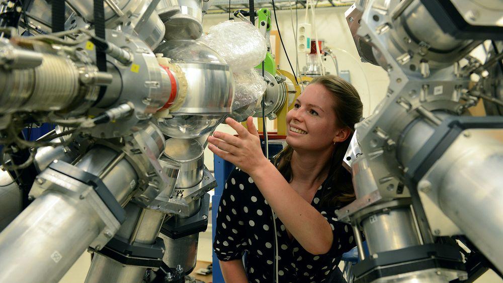Dorthea Gjestvang hadde flere opphold ved Berkeley under mastergraden sin. Her er hun på syklotronlaboratoriet ved UiO.