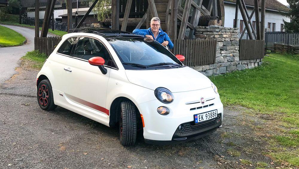- Ikke superfornuftig, men sjarmerende, sier Jon Ivar Berg om sin elektriske Fiat 500e.