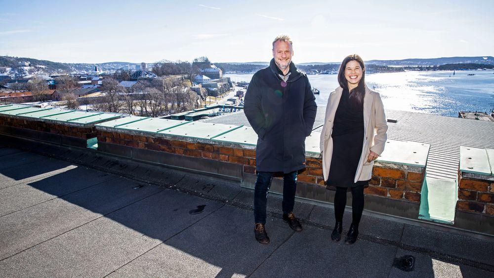 Raymond Johansen får bred støtte for sitt forslag om å montere solceller på alle kommunale bygninger i Oslo. Her med miljøbyråd Lan Marie Berg i MDG.