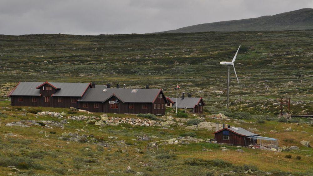 Heinseter turisthytte har hatt en vindturbin siden 2001, men fikk nylig beskjed fra Fylkesmannen om å fjerne den. Resultatet ville blitt økt bruk av dieselaggregat. Nå griper klima- og miljøministeren inn og lar vindturbinen stå.