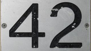Skilt med tallet 42.